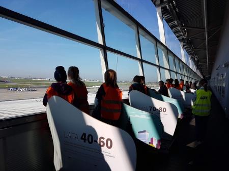 Klasa 2b i 2c zwiedza lotnisko